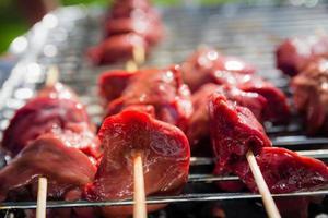 verschillende soorten vlees worden gekookt op de grill foto