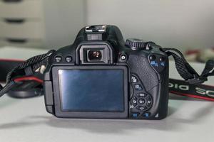 close-up van moderne zwarte dslr-camera op witte tafel foto