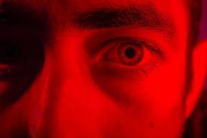 close-up op het gezicht van de man met mysterieuze gezichtsuitdrukking foto