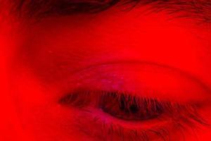 macro close-up op man oog neerkijken met droevige uitdrukking foto