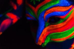 vrouw met make-up kunst van gloeiend uv fluorescerend poeder foto