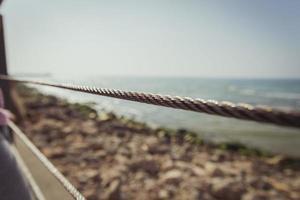 draad metalen hek blokkeert het strand foto