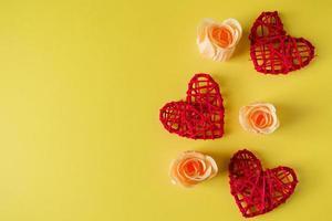 rode harten en bloemen op een gele achtergrond, ontwerp voor Valentijnsdag. foto