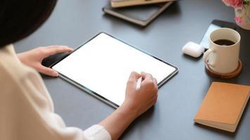 een professionele ontwerper werkt aan een moderne tablet om zijn toekomstige project in een comfortabel kantoor te ontwerpen. foto