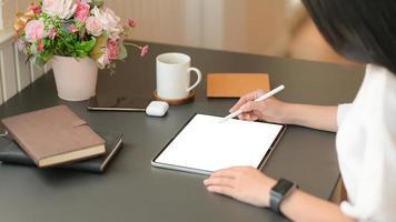 onafhankelijke ontwerpers gebruiken digitale tablet om nieuwe projecten te ontwerpen. foto