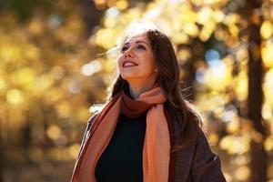 mooie jonge vrouw in de herfstpark foto