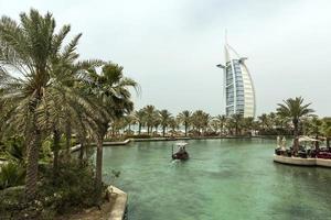 Dubai, Verenigde Arabische Emiraten, 8 mei 2015 - niet-geïdentificeerde mensen in Madinat Jumeirah in Dubai. madinat jumeirah omvat twee hotels en clusters van 29 traditionele Arabische huizen. foto