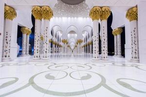 Abu Dhabi, Verenigde Arabische Emiraten, 4 mei 2015 - interieur van de Sheikh Zayed-moskee in Abu Dhabi. moskee is ontworpen door yusef abdelki en geopend in 2007. foto