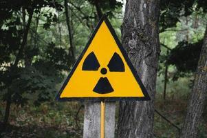 oranje symbool van radioactiviteit in de uitsluitingszone van Tsjernobyl in oekraïne foto