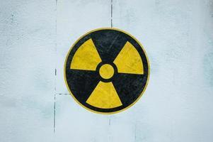 geel symbool van radioactiviteit in de uitsluitingszone van Tsjernobyl in oekraïne foto
