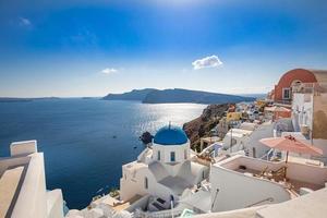 santorini-eiland, griekenland. ongelooflijk romantisch zomerlandschap op santorini. oia dorp in het ochtendlicht. geweldig uitzicht met witte huizen. eiland van geliefden, vakantie en reizen achtergrondconcept foto