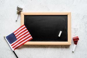 close-up van de Amerikaanse vlag met een schoolbord met kopieerruimte voor tekst foto
