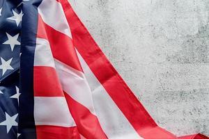 close-up van de Amerikaanse vlag op grijze gestructureerde achtergrond bovenaanzicht foto