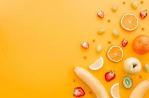 geassorteerde fruit gele achtergrond foto
