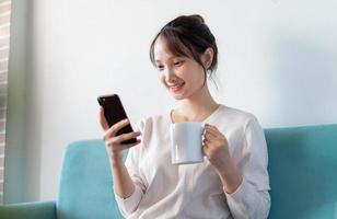 portret van Aziatische vrouw thuis, op de bank foto