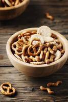 ongezonde snack op de houten tafel foto