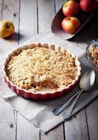appelkruimeltaart met verse appels foto