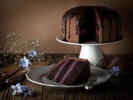 vintage chocoladetaart met bosbessenroom foto