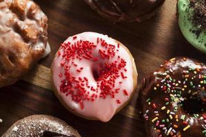 diverse zelfgemaakte gastronomische donuts op een achtergrond foto