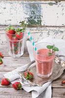 smoothie met rode aardbeien foto