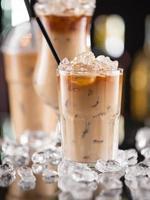 ijskoffie op het bureau van de bar foto
