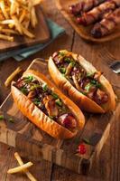 zelfgemaakte in spek gewikkelde hotdogs