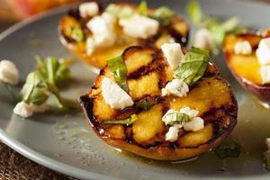 gastronomische geroosterde perziken met kaas en basilicum