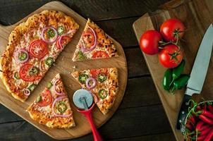 pizza op schil met ingrediënten