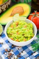 guacamole met avocado, limoen, tomaat foto