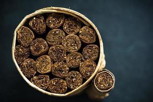 ambachtelijke doos met Cubaanse sigaren van bovenaf foto