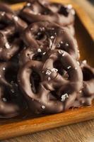 zelfgemaakte met chocolade bedekte pretzels foto