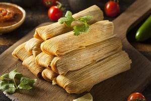 zelfgemaakte tamales van maïs en kip foto