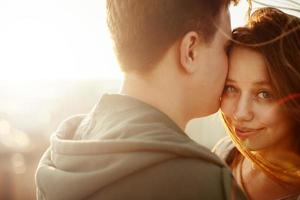 zonnig openluchtportret van jong gelukkig paar foto