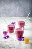 bosbes, braam, kamperfoelie, honingbes smoothie met violette siroop en acai.