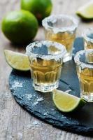 gouden tequila met limoen en zout foto