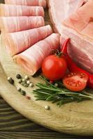 verse plakjes ham met lattuce en cherrytomaat foto