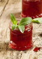 heerlijke zelfgemaakte aardbeienjam in een pot, selectieve aandacht foto