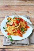 pasta met champignons en paprika op een witte plaat foto