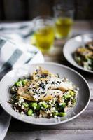 Gegrilde witte visfilet met paddenstoelenrisotto en edamame foto