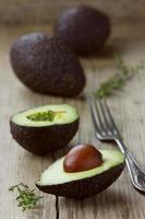 avocado half met kruidentijm foto