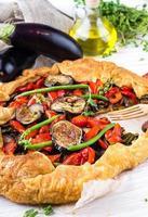 auberginetaart met paprika foto