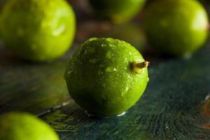 rauwe groene biologische limoenen foto
