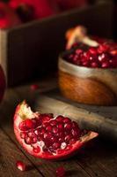 rauwe biologische rode granaatappels foto