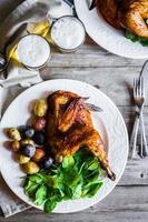 geroosterde halve kip met aardappelen en spinazie foto