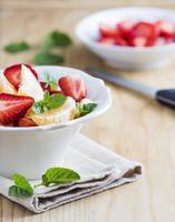 fruitsalade met munt op tafel