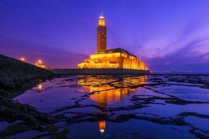 hassan ii-moskee tijdens de zonsondergang in casablanca, marokko