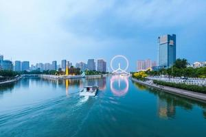 mooie tianjin haihe rivier in bewolkt in de schemering foto