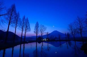 mt.fuji en een kleine vijver bij zonsopgang