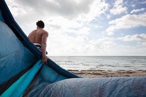 kitesurfer op het strand foto