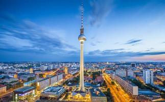 Berlijnse skyline panorama met tv-toren 's nachts, Duitsland foto